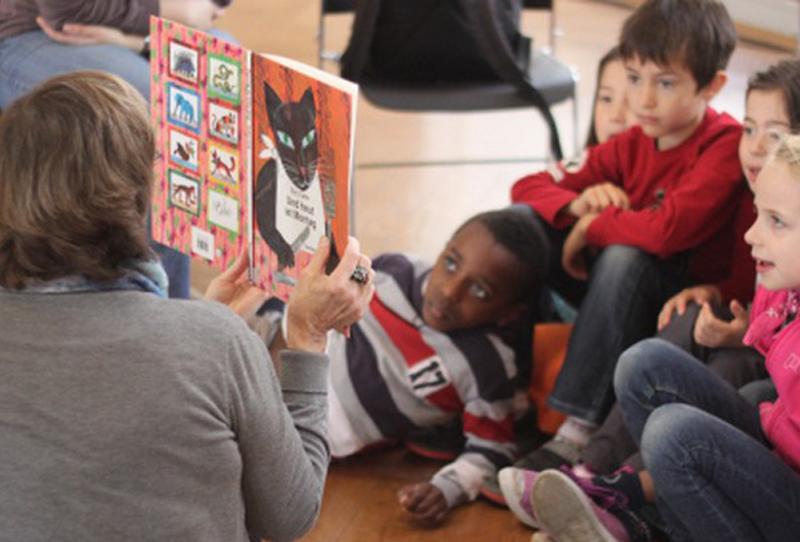 Photo d'un lecteur bénévole en intervention dans une classe